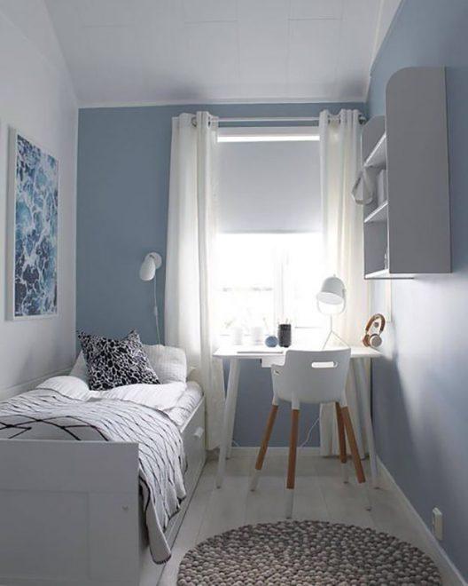 Кровать вдоль стены в интерьере