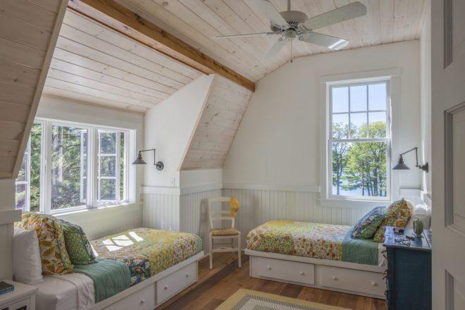 интерьер для дачи: две кровати вдоль стен