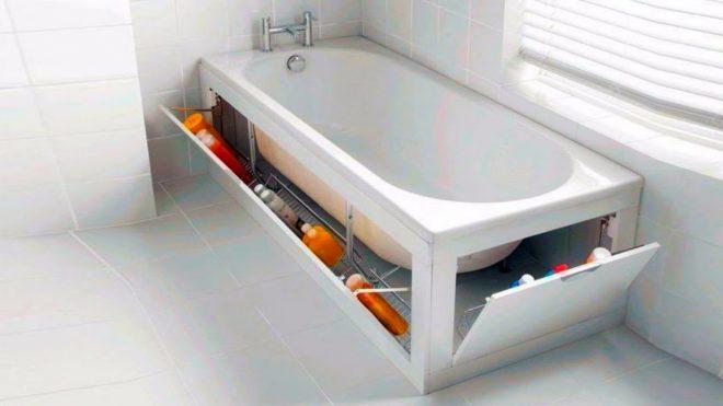 Полочки с бытовой химией под ванной