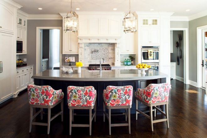 разноцветные стулья в интерьере кухни