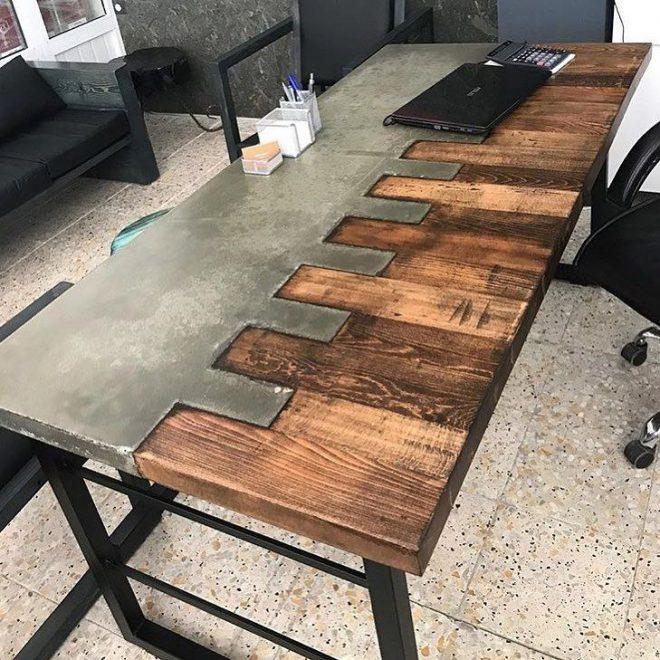 Стол из бетона и дерева