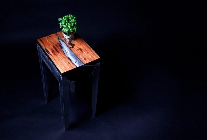 Стол из дерева и алюминия