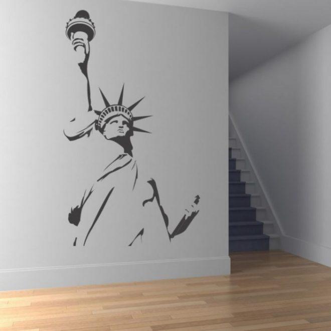 как оформить голую стену