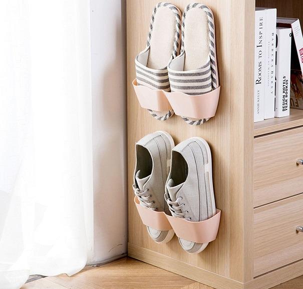 Крепления для тапочек на боковой стенке шкафа