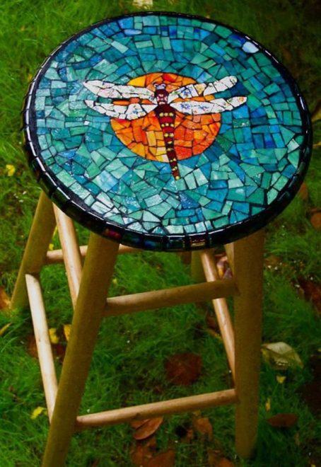 Декор табурета из осколков