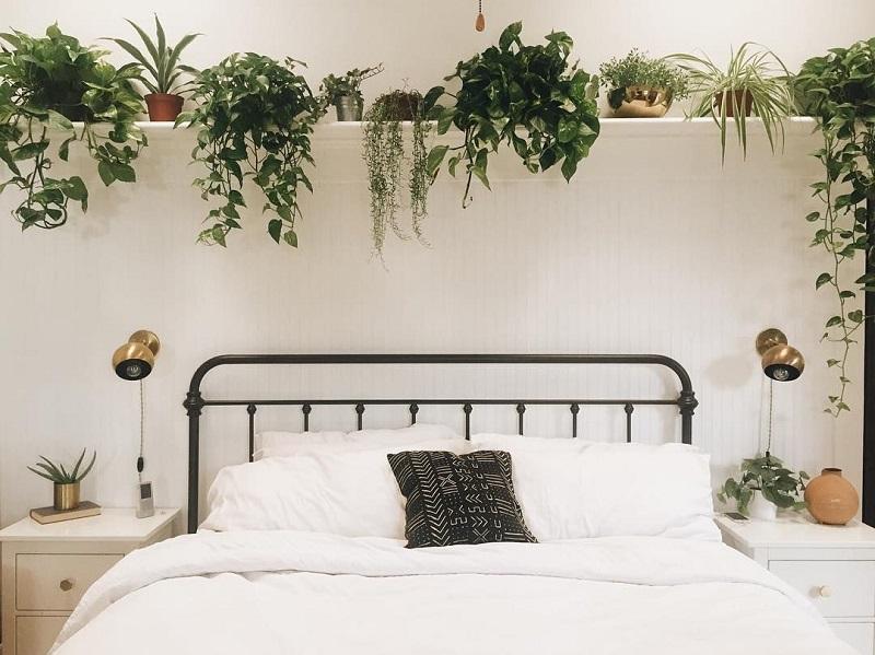 В изголовье кровати