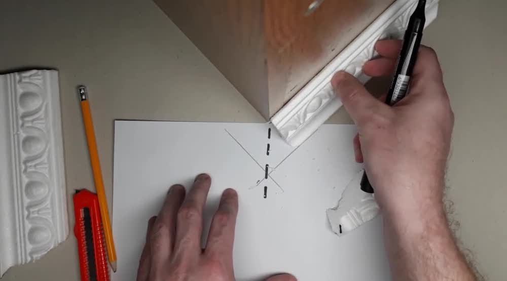 Как правильно резать внутренний угол потолочной галтели